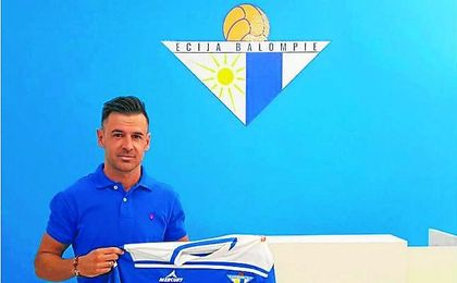 Jonathan Ruiz posa con la camiseta del Écija, que volverá a vestir varios años después.