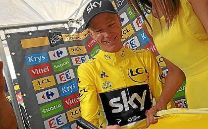 Froome, firmando un maillot amarillo tras la etapa de hoy.
