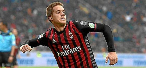 Mario Pasalic celebra un gol con el Milan.