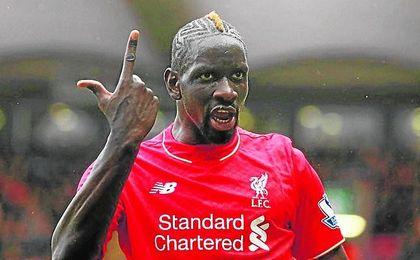 El Liverpool desea traspasar al central Mamadou Sakho.