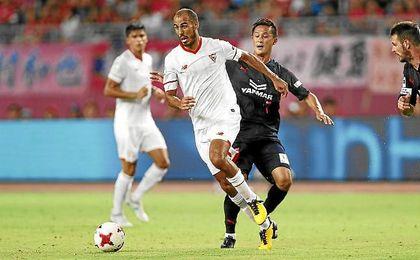 Pizarro conduce el balón en el partido ante el Cerezo Osaka.