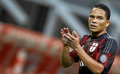 Carlos Bacca tiene pie y medio fuera del Milan.