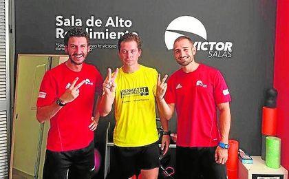 Víctor Salas, con el logo de su empresa a la espalda.