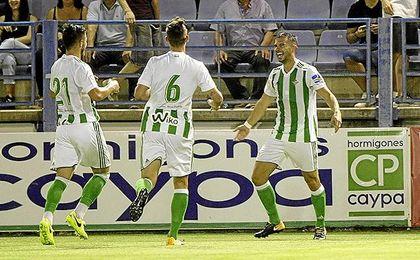 Jordi Amat recibe la felicitación de Fabián y Tosca tras conseguir el empate a uno.