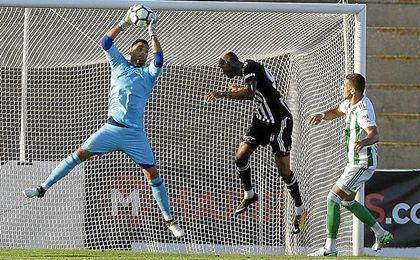 Adán y Feddal, nueva incorporación para la defensa, en un lance del encuentro disputado contra el Besiktas.