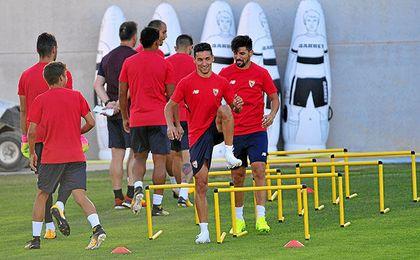 Jesús Navas, acompañado de Nolito en el entrenamiento.