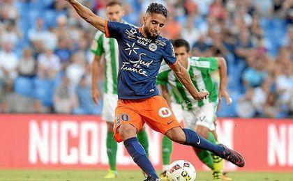 Boudebouz ejecuta un penalti contra el Betis ante la mirada de su compatriota Mandi.