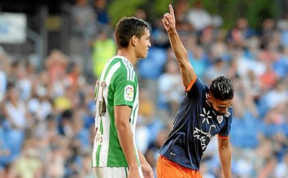 Boudebouz celebra el tanto marcado al Betis en el amistoso del año pasado en presencia de Mandi.