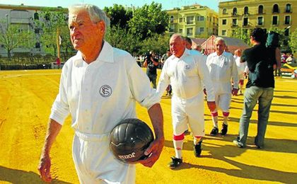 Juan Arza, en la imagen durante uno acto del Centenario, recibió el primer Dorsal de Leyenda del club.