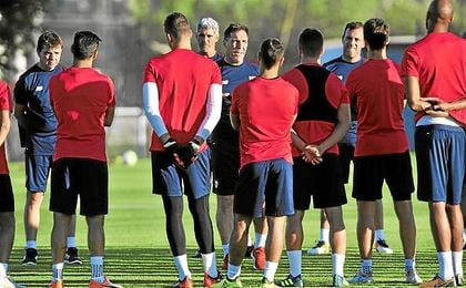 Berizzo, en un entrenamiento junto a sus jugadores.