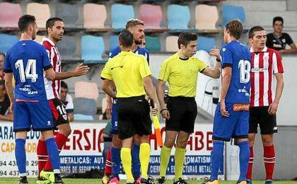 El árbitro deja el Athletic-Alavés por el comportamiento de los jugadores