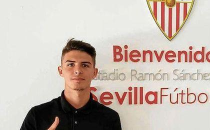 Gabriel posa en la sede del Sevilla.