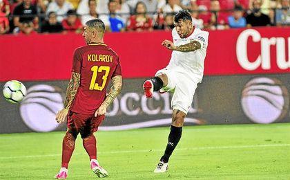 Montoya dispara a puerta en el partido ante la Roma.