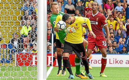 Britos cabecea el balón para hacer el 3-3 ante el Liverpool.