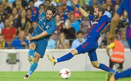 Isco lanza a puerta ante la presión de Aleix Vidal.