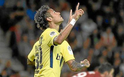 Neymar celebra su primer gol con el PSG.