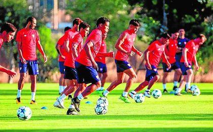 La plantilla del Sevilla afronta una semana con mucha carga de trabajo.