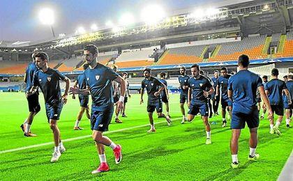 El nuevo Sevilla se ejercitó en la tarde de ayer en el escenario del partido, el estadio Fatih Terim.