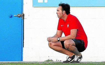 Miguel Ángel Montoya, míster del Utrera, sigue con mucha atención un partido de su equipo este verano.
