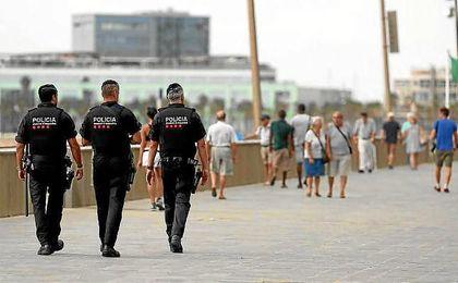 Agentes de los Mossos patrullan por el paseo marítimo de Barcelona.