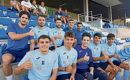 Algunos de los futbolistas alcalareños, junto al técnico Selu, posan en el Ciudad de Alcalá.