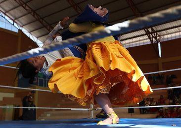 Las indígenas aimaras de Bolivia se apoderan del ring y de los nevados andinos