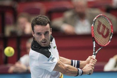 Bautista vence a Dzumbur y mantiene el título en poder del tenis español