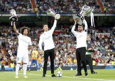 El Real Madrid recibió el trofeo de campeón de la pasada Liga