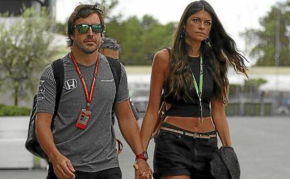 Alonso, junto a su pareja en el Gran Premio de Italia.