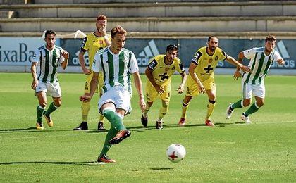 El costasoleño, transformando un penalti ante el Lorca Deportiva.