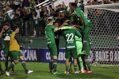 El Chapecoense, campeón sudamericano, y el Flamengo buscan su pase a cuartos