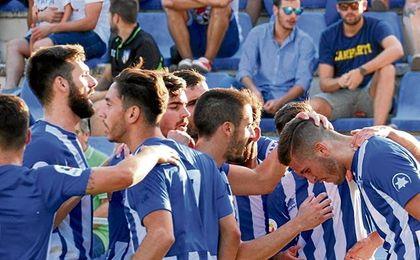 Canillas es felicitado por su gol al Lorca.