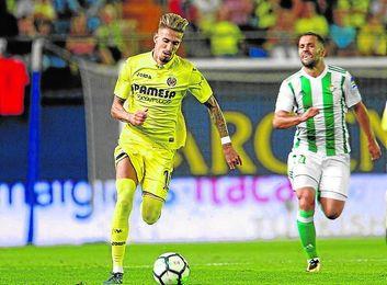 Durmisi sufre para alcanzar a Castillejo durante el encuentro del pasado domingo en Villarreal.