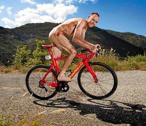 Chris Froome enseña heridas de guerra en un espectacular desnudo