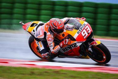 Marc Márquez domina la primera tanda en MotoGP, disputada bajo la lluvia y con Rossi