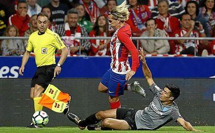 Diego González realiza una entrada sobre Griezmann, en el Wanda.