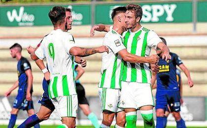 Los jugadores del filial verdiblanco celebran el gol del triunfo anotado por Loren.
