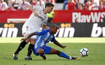 Lenglet, en la imagen ante Rolan durante el choque ante el Málaga.