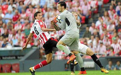 Sergio Rico atrapa el balón en una jugada del partido.