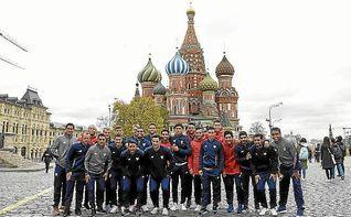 Los jugadores del Sevilla desafían al frío por las calles de Moscú
