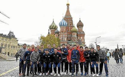 Los jugadores del Sevilla, frente a la Catedral de San Basilio en la Plaza Roja de Moscú.
