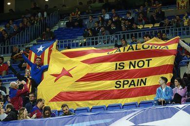 """El Barça reclama """"diálogo"""" en el Camp Nou con una gran pancarta"""