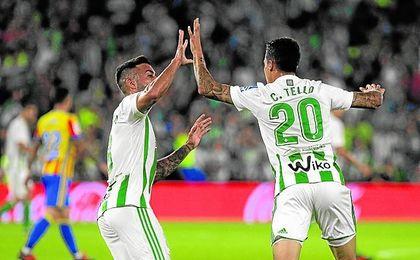 Camarasa y Tello celebran el momentáneo 3-4, logrado por el catalán, que llevaba la locura a un Benito Villamarín.