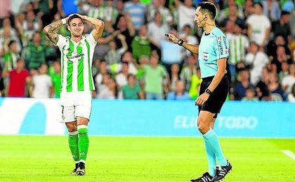 Sergio León se lamenta, en presencia de Sánchez Martínez, tras fallar un penalti contra el Valencia.