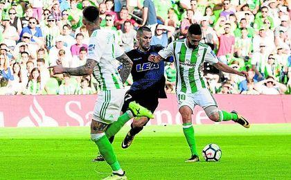 Ryad Boudebouz traza un gran pase a Tonny Sanabria en la recta final del Betis-Alavés.
