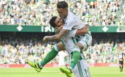 Asistente y goleador, Barragán y Sanabria, se abrazan tras el 1-0.