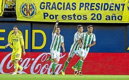 Sergio León celebra su tanto (11´) en el Estadio de la Cerámica, que inauguraba en verdiblanca la nómina de tantos tempraneros este curso.