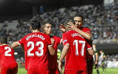 Los jugadores del Sevilla se abrazan tras el primer gol, de Sarabia.