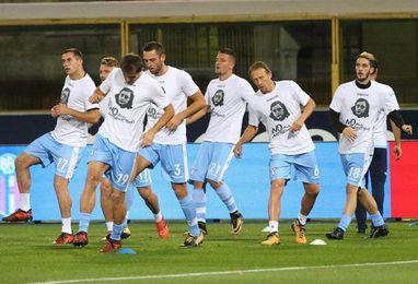 El Lazio sale a calentar con camisetas de Ana Frank contra el antisemitismo