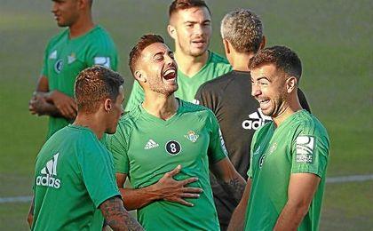 Camarasa bromea con Amat y Tello en un entrenamiento bético.